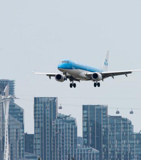 plane-landing_in_city
